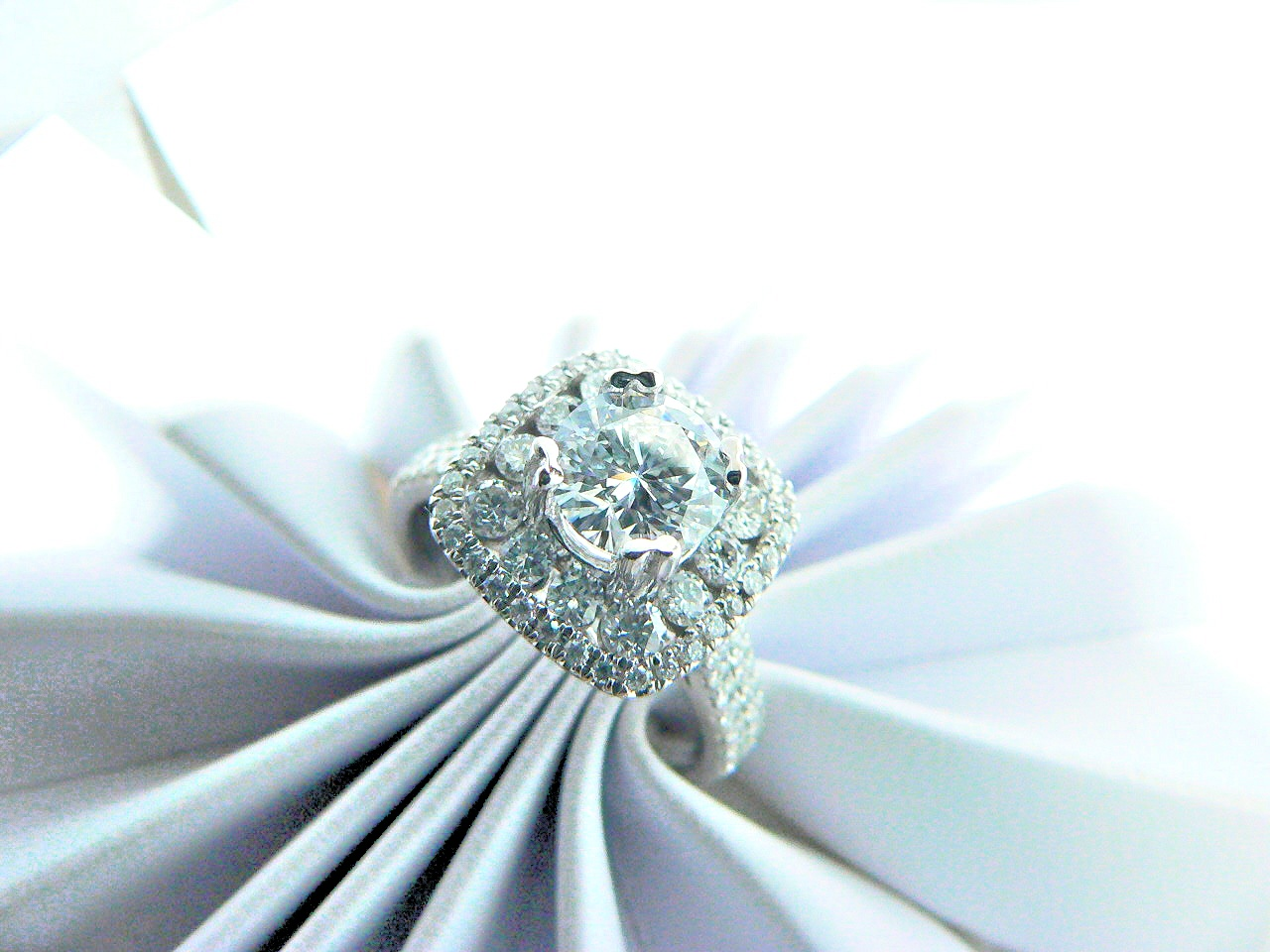 Round diamond halo setting diamond engagement ring